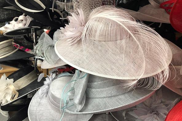 כובעים בחנות של לואיס קלייר בעיר ווילנגפורד | צילומים: עמי בן בסט