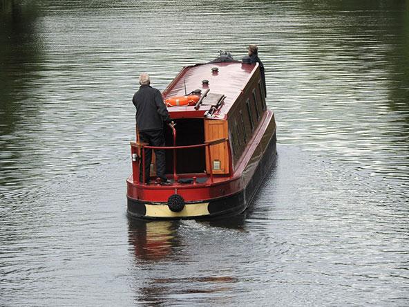 הנהר מלא בטיפוסים ססגוניים, שחלקם הפכו את הסירה לביתם הקבוע | צילומים: עמי בן בסט