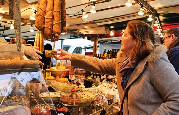 למרות שיותר ויותר פריזאים קונים בסופרמרקטים, עדיין רבים מעדיפים לקנות בשווקים ובחנויות ייחודיות