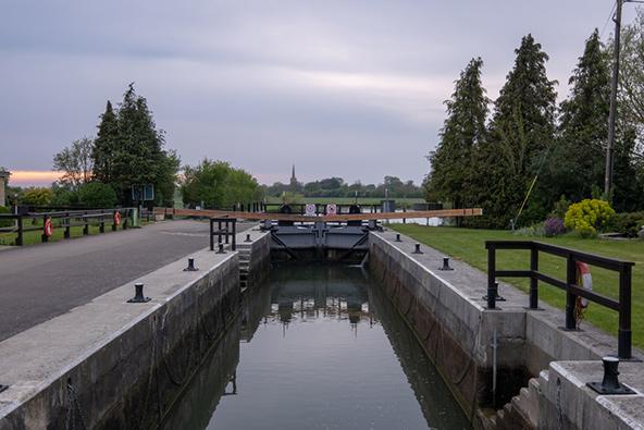 תפקידם של הסכרים, ה-locks, הוא לאזן את הפרשי הגובה בנהר ולאפשר מעבר של סירות