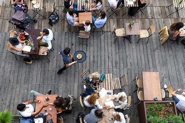ארוחת צהריים במסעדה פריזאית. עדיף להסתמך על המלצות בעיתונים מקומיים מאשר על אתרי המלצות אמריקאים