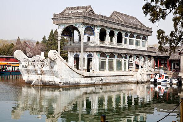 אניית שיש בארמון הקיץ. הקיסרית צ'ישי שילמה עבורה בכספים שנועדו לאניות הצי