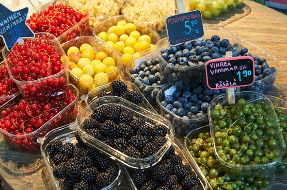דוכן של פירות יער בשוק המקורה, שבו תמצאו ממיטב התוצרת המקומית