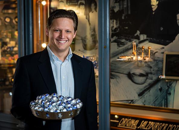 מרטין פירסט, בן של הנין של פאול פירסט, הקונדיטור שהמציא את המוצרט קוגל, בחנות הנושאת את שם משפחתו | הצילום באדיבות Cafe-Konditorei Fürst