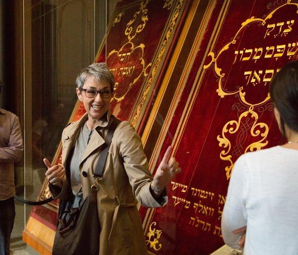נירית בן יוסף מדריכה בבית הכנסת בברלין