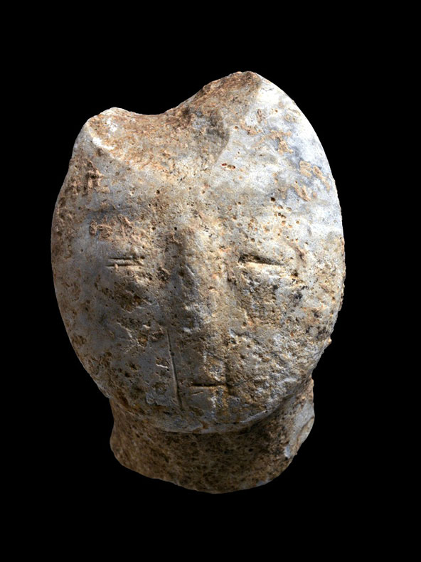 צלמית (פסלון) בת 9,000 שנה המתארת פני אדם | צילום: קלרה עמית, רשות העתיקות