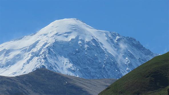 הפסגה הגבוהה של הר הקזבק המפורסם מוסיפה דרמה לנוף
