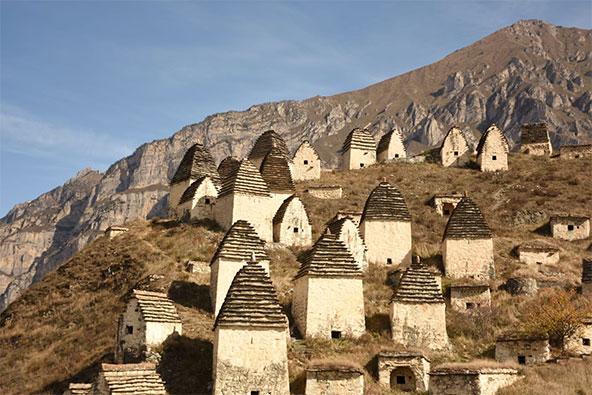 קברים עתיקים בצורת פירמידות קטנות על צלע גבעה סמוך לכפר דרגאבס