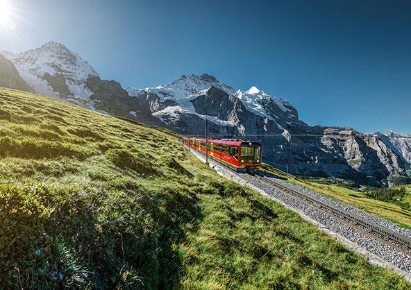 רכבת היונגפראו נוסעת בין פסגות האזור | צילום: swiss-image.ch/Jeroen Seyffer