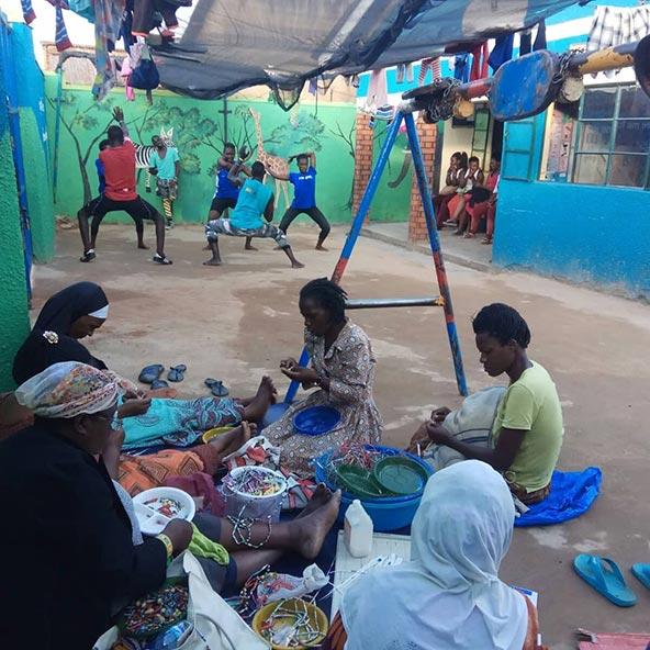 בשעות הבוקר פועל במתחם גן ילדים ובית ספר, אחר הצהריים נשים מוצאות כאן מקום חם ובטוח