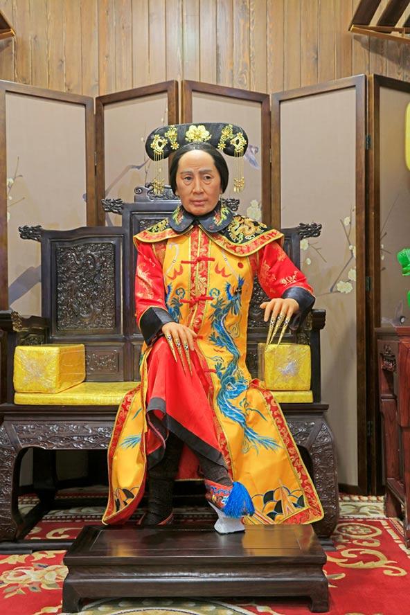 פסל שעווה של הקיסרית צ'ישי בטאנגשאן. הרעילה את בניה כדי שלא ירשו את השלטון