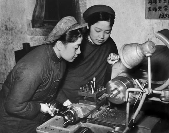 פועלות בלבוש אופייני בעשור הראשון לשלטון מאו
