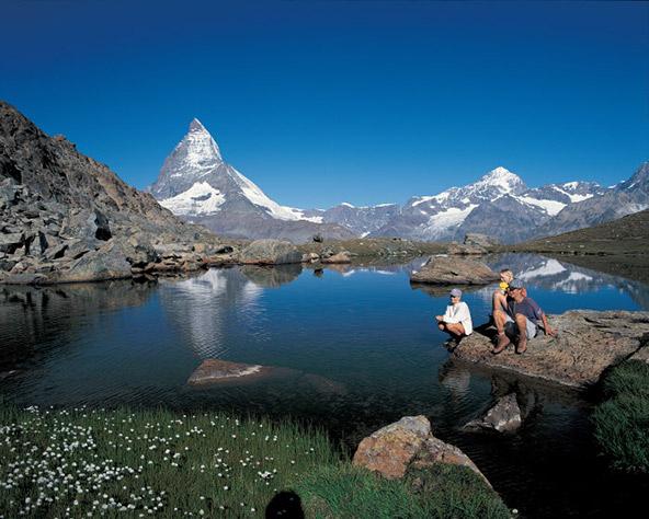 לאן שלא תטיילו בצרמט ובסביבה, פסגת המטרהורן המושלגת מעטרת את הנוף | צילום: swiss-image.ch/Christof Sonderegger