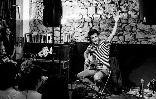 הופעה של מאור כהן בעשן הזמן. שילוב מנצח בין ספרים, מוזיקה ובירה | צילום: דני מכליס