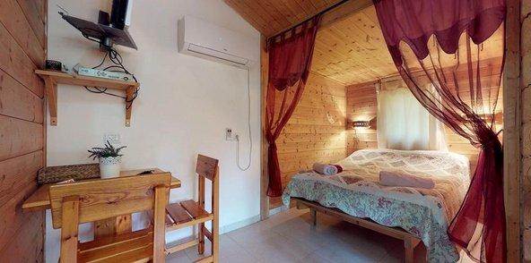 חדר השינה בבקתות העץ של מקום בלב