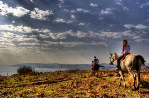 טיול סוסים בוורד הגליל בשעת שקיעה. נהדר לזוגות אך גם למשפחות | הצילום באדיבות חוות ורד הגליל