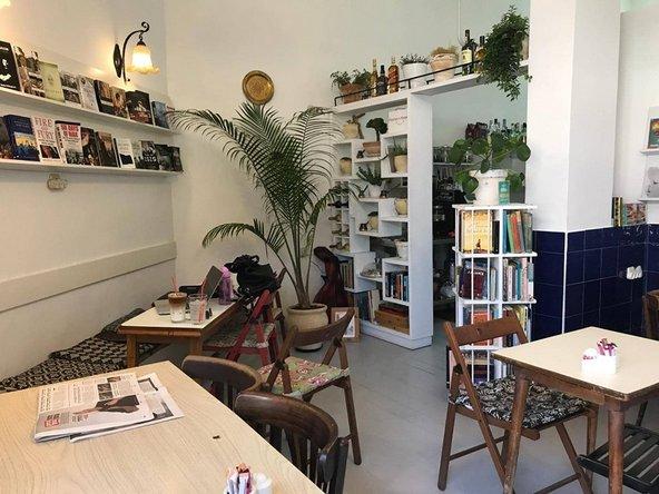 קפה יאפא. בית קפה, חנות ספרים ןמעל הכל - אי של דו קיום