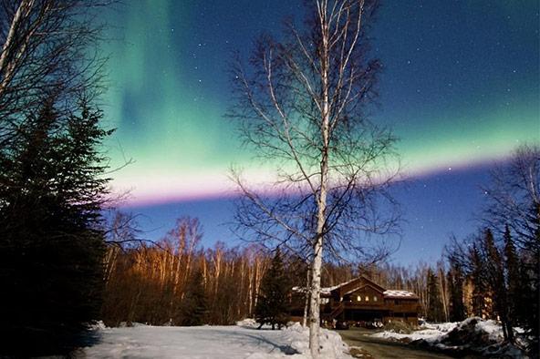 מופע אורות מרהיב מעל בית ההארחה Fairbanks Moose Manor באלסקה