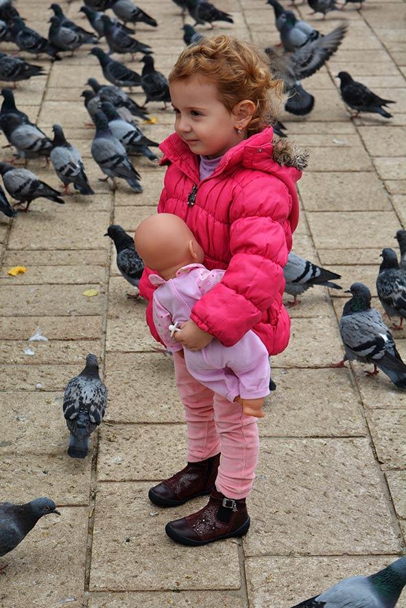 ילדה בכיכר ברובע התורכי של העיר