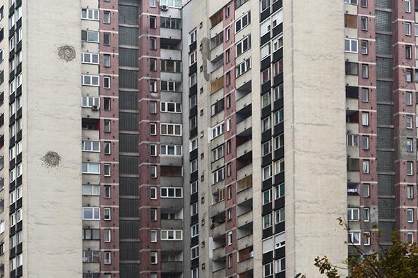 שיכונים הרוסים, מנוקבים בסימני פגזים, זכר לעבר הטראומטי של העיר