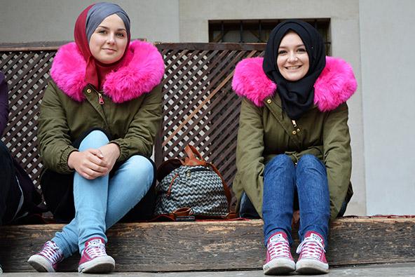 נשים מוסלמיות צעירות. אוכלוסיית סרייבו מורכבת משלוש ישויות נפרדות: סרבים אורתודוקסים, קרואטים קתולים ובוסנים מוסלמים