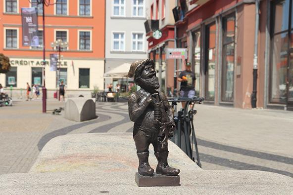 פסל של גמד, אחד מפסלי גמדים רבים הפזורים ברחבי ורוצלב
