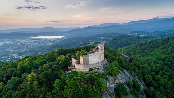 צילום אווירי של פסגת ההוייניק והמצודה שבראשה | צילום: שאטרסטוק