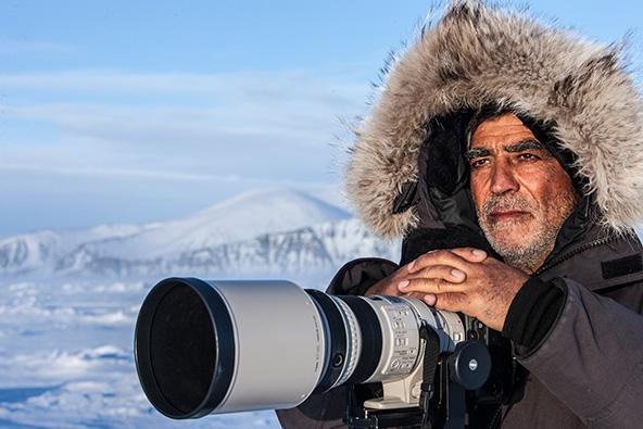 עם המצלמה, בדרך לפגוש את דובי הקוטב במסע מורכב, מסובך וכמעט בלתי אפשרי בצפון קנדה