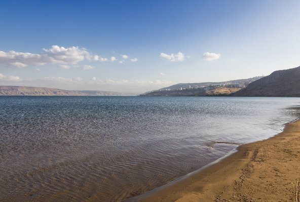 באזור הכנרת יש המון אטרקציות, אבל לפעמים הכי כיף לבלות על חוף הכנרת ולרחוץ באגם | צילום: שאטרסטוק