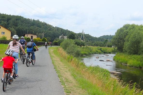רוכבי אופניים מכל העולם מגיעים לאזור כדי לרכוב בהרים בעשרות השבילים והמסלולים