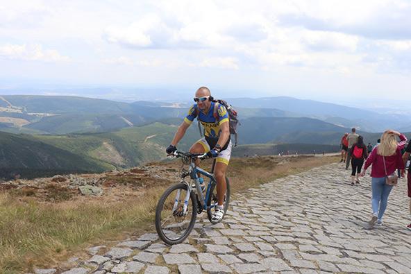 הר השנייסקה. אפשר לטפס לפסגה ברגל או באופניים