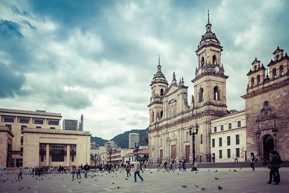 כיכר בוליבר. בכיכר המרכזית של בוגוטה נמצאים בנייני ממשל והקתדרלה הראשית של העיר
