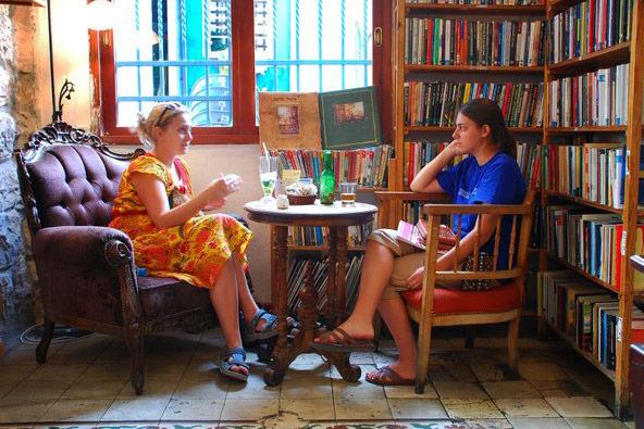 חנויות ספרים מיוחדות ובתי קפה ספרותיים