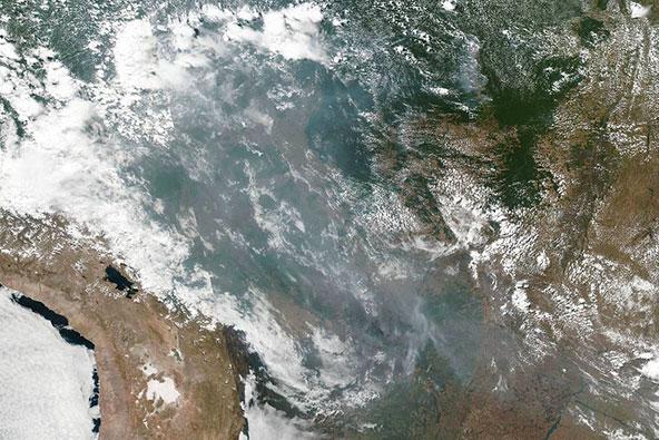 צילום מהחלל מראה שטחים נרחבים מכוסים בעשן, תוצאה של השריפות באמזונס