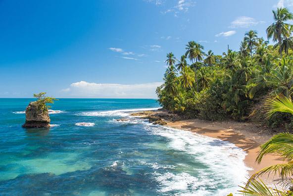 חוף קריבי בקוסטה ריקה. אפשר ליהנות ביום אחד מטיול בהרים הירוקים ורחצה בחופים טרופיים