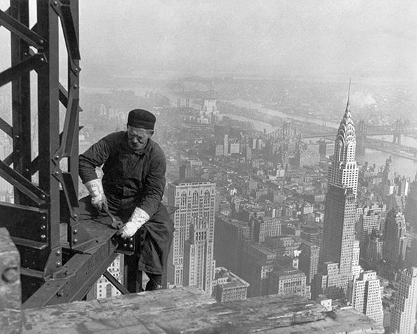 פועל בניין עובד על האמפייר סטייט בילדינג, שנת 1930