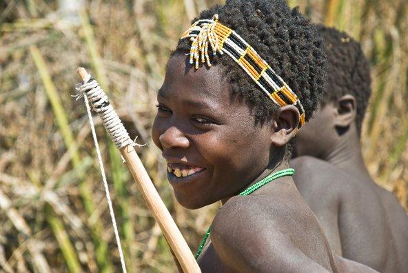 צייד צעיר משבט ההדזה באזור אגם איאסי