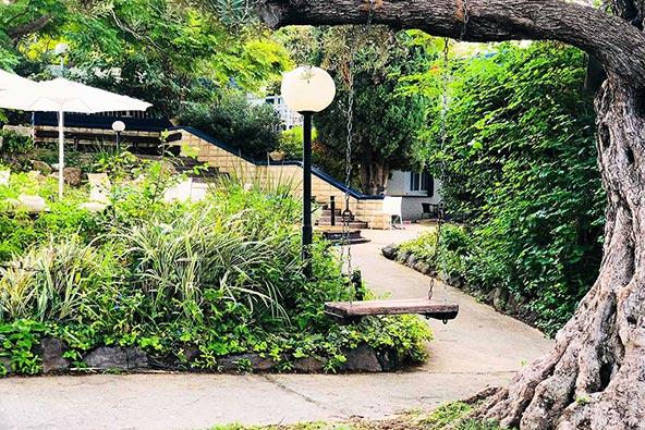 הכי פסטורלי: מלון מטיילים גשר הזיו טובל בצמחייה ירוקה | הצילום באדיבות מלונות מטיילים