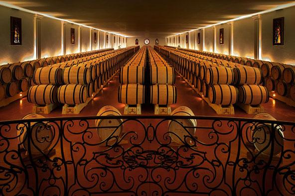 חביות יין ביקב של Château Pape Clément. חבל בורדו הוא ביתם של היקבים הטובים בעולם