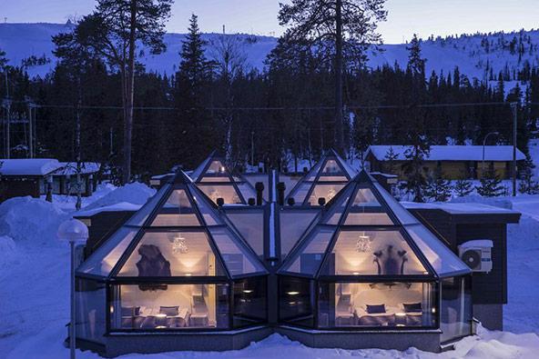 איגלו עם קירות זכוכית שקופים במלון סנטה אורורה בלפלנד הפינית   הצילומים באדיבות אתר אגודה.קום
