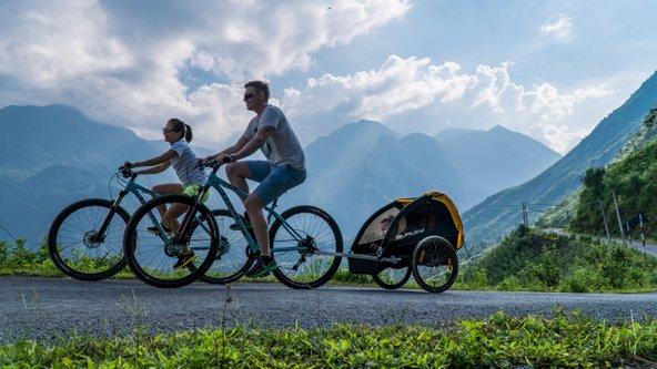רוכבים על אופניים בנופים ההרריים של סאפה