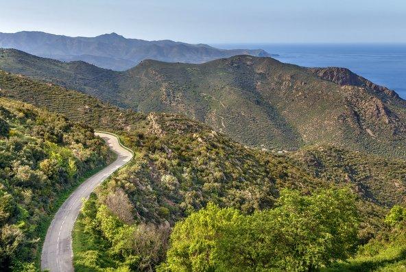 נוף של הרים וים בקוסטה בראווה