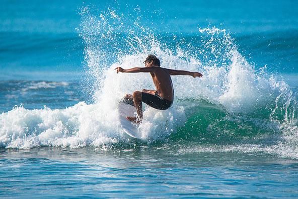 לצד חופים שלווים, יש גם חופים עם תנאים מצוינים לגלישת גלים