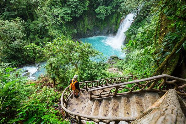 בקוסטה ריקה שופעת המים יש שלל מפלים בלב הג'ונגל