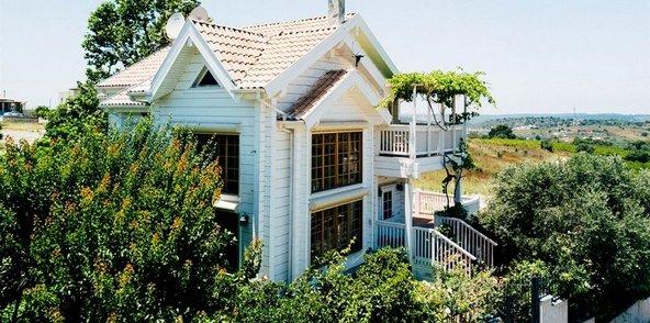 בית העץ של אלכסיס טובל בנופים פסטורליים אבל ממוקם קרוב להכל