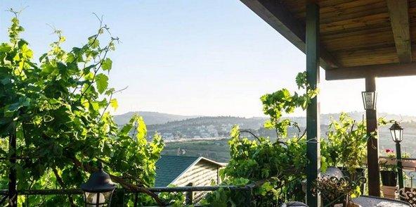 הצימר של תן תן. הנוף של הרי ירושלים נשקף מהמרפסת