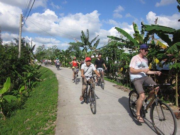 רכיבה על אופניים בין המטעים של Vam Xang