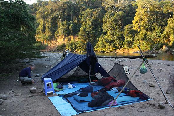 אוהל על גדת הטואיצ'י. במסע המקורי קווין הגיע לגדה רטוב וחסר כל ציוד