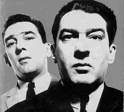 התאומים רוני ורג'י קריי בצילום משנות ה-60 של צלם האופנה הידוע דיוויד ביילי. כל הבוהמה הלונדונית נהרה למועדונים של השניים