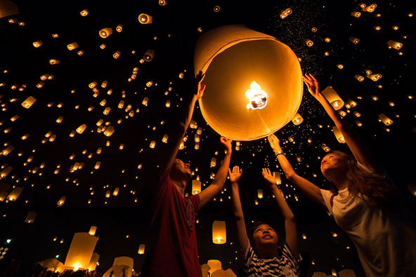 אינספור כדורים מאירים את השמיים בפסטיבל הפנסים בצ'אנג מאי